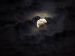800px-Da_Vinzy_-_moon_(by)