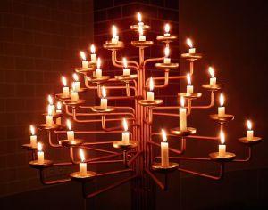 760px-Kerzenleuchter_brennend