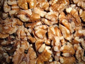 800px-Shelled_walnuts