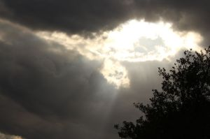800px-Sun_light_behind_the_clouds...