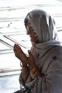 400px-an_elderly_woman_praying_in_a_mosque_in_delhi